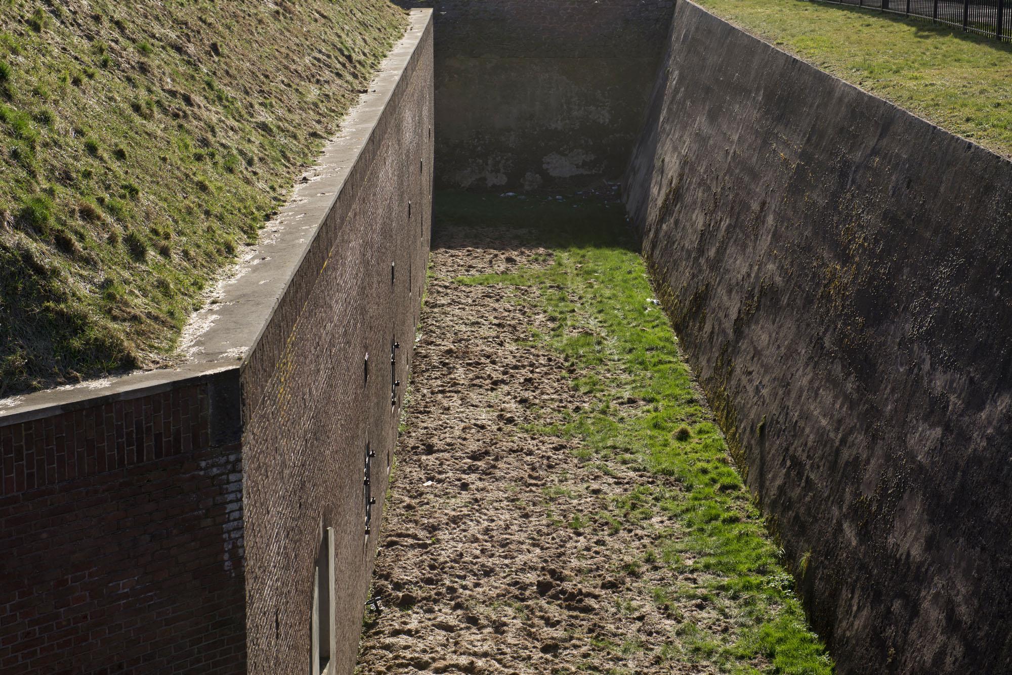 Droge gracht Fort 1881 Hoek van Holland. (Foto: Arthur van Beveren)